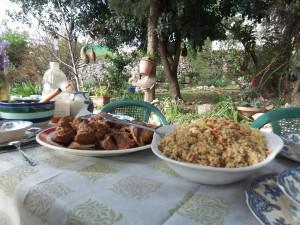 Kamelfleisch an Reis mit Pinienkernen Foto: Birgit Helk
