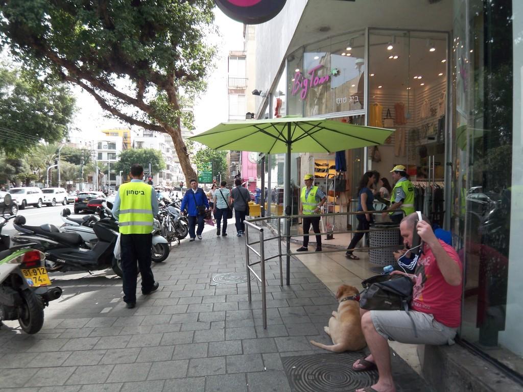 Security vor einem Kaufhaus. Foto: Wolfgang Prabel